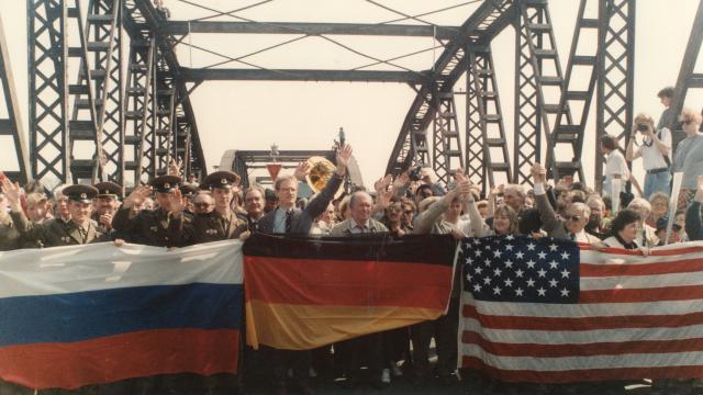 """Ein Zeichen der Völkerverständigung auf der Torgauer Elbbrücke beim """"Elbe Day"""" 1992 (© Manfred Bräunlich)"""