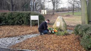 Sven Riesel, Vertreter der Stiftung Sächsische Gedenkstätten/Gedenkstätte Bautzen, bei der Kranzniederlegung zum Holocaust-Gedenktag in Bautzen (Foto: Henning Liewald)