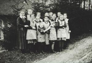 Gruppenfoto vor dem Brunnenhaus der Epileptikeranstalt, November 1940