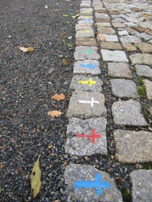 Foto von bunten Kreuzen auf dem Straßenpflaster Pirnas