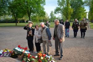 Beuscher aus Rußland und Belarus legen zum Gedenken Kränze vor dem Obelisken nieder.