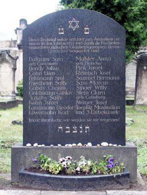 Gedenkstein für die Opfer des Nationalsozialismus auf dem Neuen Israelitischen Friedhof Dresden © Archiv GMPD