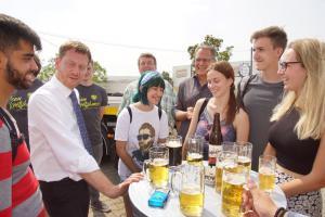 Ministerpräsident Michael Kretschmer im Gespräch mit Freiwilligen aus Serbien, Russland, Mexiko und der Türkei