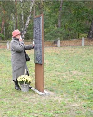 Tatiana Muraschko auf dem Friedhof Zschepa 1 am Grab ihres Vaters