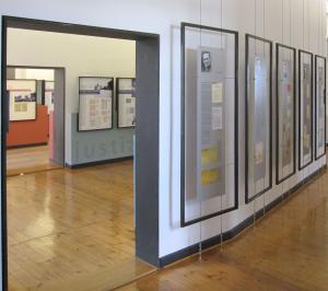 Lebensläufe von Häftlingen der Torgauer Wehrmachtgefängnisse in der ständigen Ausstellung des DIZ Torgau, hier der Zei