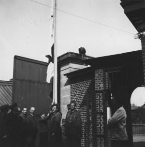 Die befreiten Gefangenen im Torgauer Wehrmachtgefängnis Fort Zinna am 25. April 1945; Archiv DIZ Torgau
