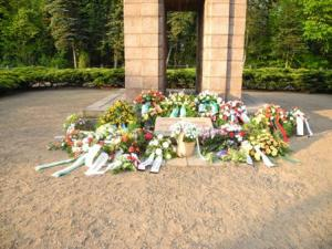 Niedergelegte Kränze vor dem Obelisken