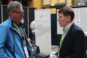 Valerian Welm (rechts) im Gespräch mit einem Besucher des 69. Genealogentags in Dresden